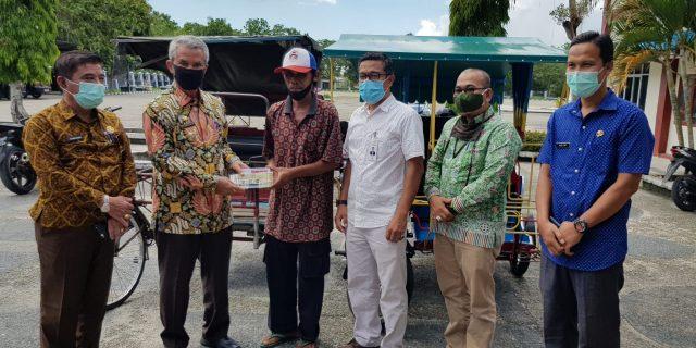 Bantu Masyarakat Miskin dan Terdampak Covid-19, Bank Riau Kepri Salurkan Sembako dan Uang Tunai