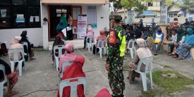 Babinsa Bersama Bhabinkamtibmas Awasi Penyaluran BLT Kelurahan Selatpanjang Timur
