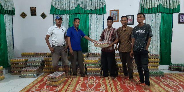 Beri Bantuan Air kaleng, kades baran Melintang Rela Rogoh Kocek Pribadi