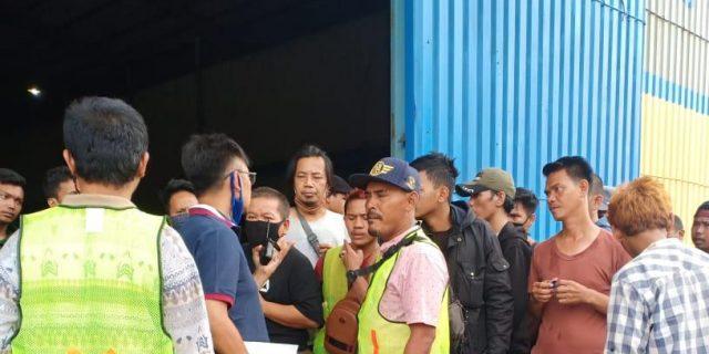 Demo Ratusan Buruh Bongkar Muat Bulog Kelapa Gading, Agus : Kongkalikong Upah Buruh Bulog Di Potong, Bansos Banyak Mafianya