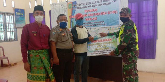 Babinsa Dampingi Penyaluran BLT-DD Tahap II di Desa Alahair Timur