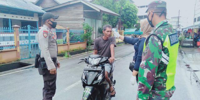 TNI-POLRI Bersama DisKes Meranti Laksanakan Cek Suhu Tubuh di Pasar Tumpah