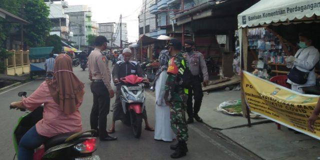 Pendisiplinan di Pasar Tumpah, Bhabinsa Menghimbau kepada Masyarakat Jaga Jarak dan Pakai Masker