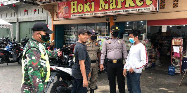 Bhabinsa Melakukan Pendisiplinan Dan Pengecekan Pada Pengunjung di Swalayan Hoki Market