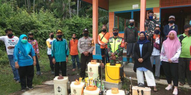 Cegah Covid-19, Bhabinsa Koramil 02 Tebing Tinggi Lakukan Penyemprotan Disenfektan Ke Rumah Warga