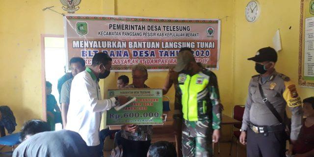Babinsa dan Bhabhinkamtibmas Dampingi Penyaluran BLT-DD Tahap III Desa Telesung