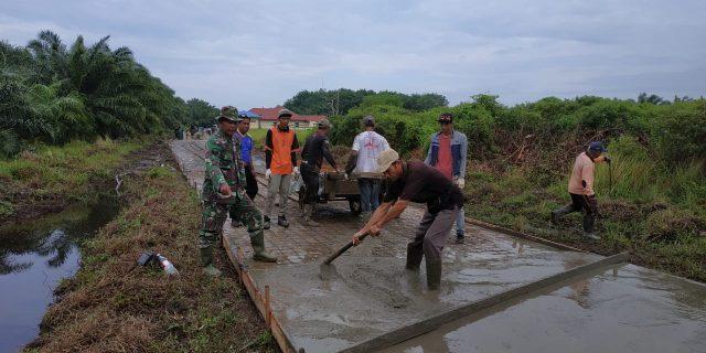 Dansatgas TMMD Bersama Masyarakat Laksanakan Pembangunan Jalan Desa Tenggayun