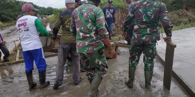 TMMD 108 TNI Bersama Masyarakat Gotong Royong Jalan Semenesasi