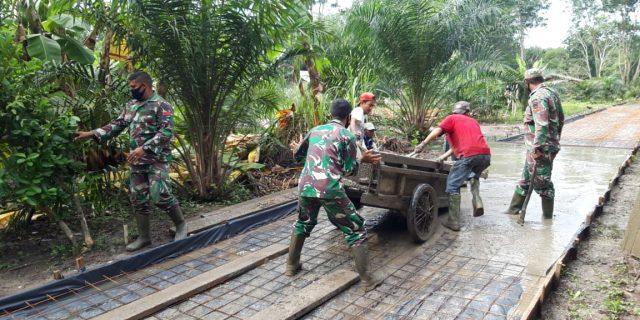 Membangun Jalan di Desa Temiang, TNI dan Masyarakat Tetap Semangat Laksanakan Gotong Royong