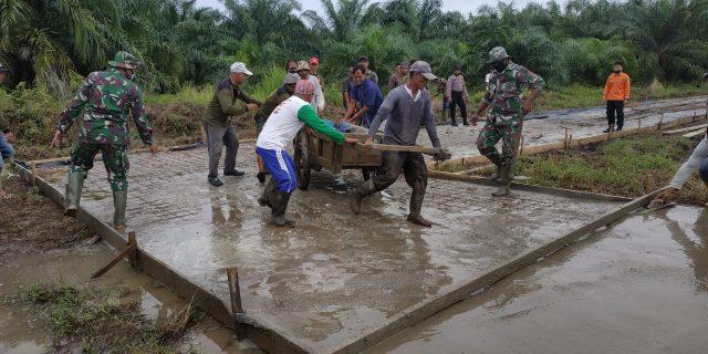 Kerja Sama Yang Solid Antara TNI Bersama Masyarakat Dalam Membangun Desa