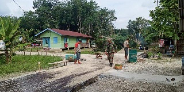 Dansatgas Kodim 0303/Bengkalis, Laksanakan Pengaspalaan di 3 Gang Ibrahim Desa Temiang