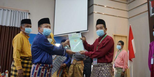 Kepala BPN dan Sekdakab Meranti Serahkan Sertifikat Tanah Untuk Masyarakat Program PTSL Tahun 2020