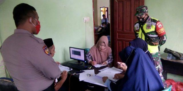 Babinsa Awasi Penyaluaran Bansos Provinsi Riau Tahap I