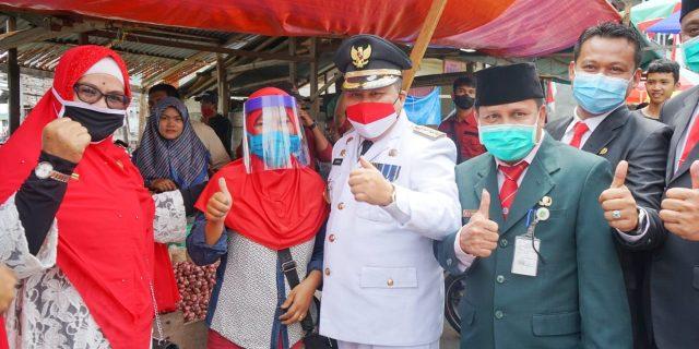 Sempena HUT RI Ke-75, Bupati Bersama Forkopimda Bagi-Bagi Ribuan Masker dan Face Shield Kepada Pedagang Pasar