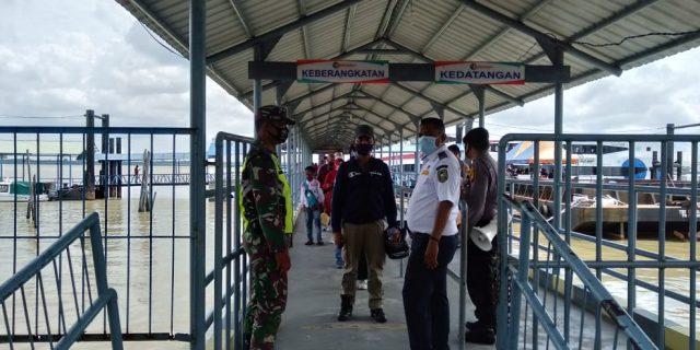 Cegah Covid-19, Babinsa Koramil 02/Tebing Tinggi Laksanakan Pengawasan Penumpang di Pelabuhan Tanjung Harapan