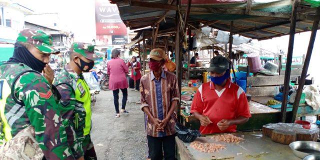 Menekan Penyebaran Covid-19, Babinsa Laksanakan Pendisiplinan dan Sosialisasi di Pasar Sandang Pangan