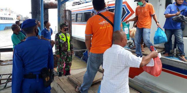 Babinsa Koramil 02/Tebing Tinggi Lakukan Penegakan Disiplin Protokol Kesehatan di Pelabuhan Tanjung Harapan
