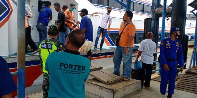 Babinsa Sertu E. Sembiring Laksanakan Pengamanan dan Pendisiplinan di Pelabuhan Tanjung Harapan