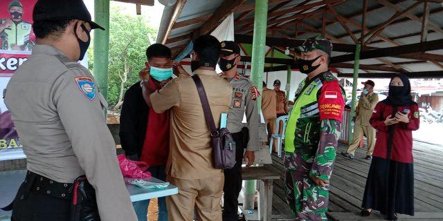 Babinsa Koramil 02/Tebing Tinggi Bersama Instansi Lainnya Lakukan Pendisiplinan Penggunaan Masker