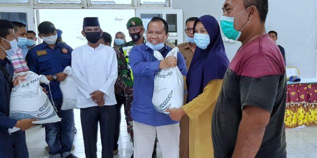 Bupati Irwan Kembali Serahkan, Bantuan Warga Kurang Mampu dan Terdampak Covid-19 di Wilayah Rangsang dan Tebing Tinggi Timur