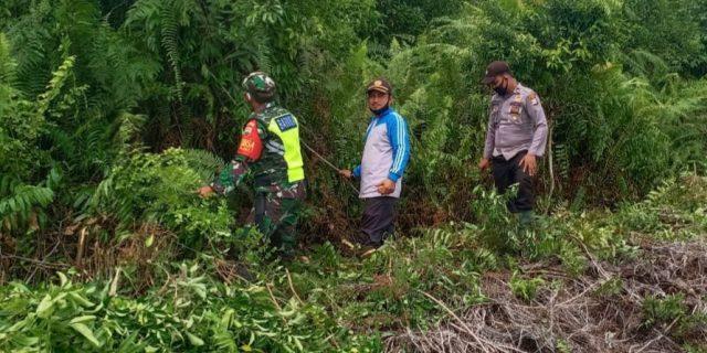 Cegah Terjadinya Karhutla, Babinsa Bersama Babinkamtibmas Laksanakan Patroli di Desa Sungai Gayung Kiri