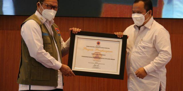 Berhasil Kurangi Risiko Karlahut, BNPB Beri Penghargaan ke Bupati Meranti
