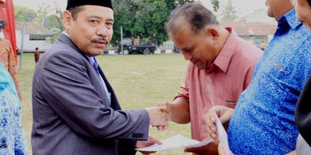 Sempena HUT RI ke-73,Sekdakab Labuhanbatu,H.Ahmad Muflih Serahkan Santunan Kepada PNS Purna Tugas