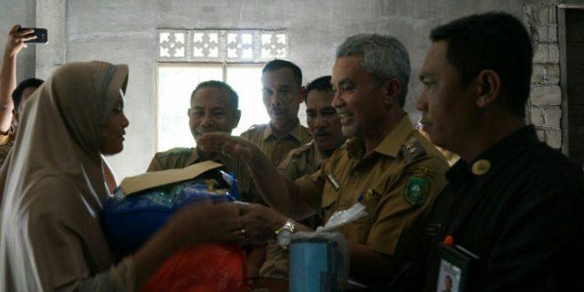 Wabup Meranti,Said Hasyim,Serahkan Bantuan Korban Puting Beliung di Desa Tanjung Gadai