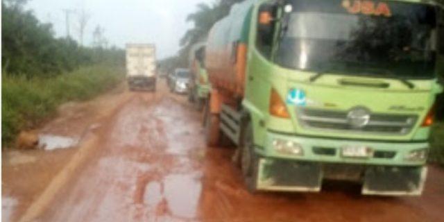 Masyarakat Keluhkan Jalan Sungai Pakning-Dumai Rusak Parah